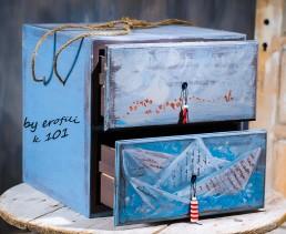 Βαπτιστικό κουτί κομοδίνο για αγόρι 101 by erofili.  Χειροποίητο κουτί κομοδίνο με δυο συρτάρια, ζωγραφιστό στο χέρι σε χρώμα γκρι και γαλάζιο με λεπτομέρειες κόκκινες και θέμα ένα χάρτινο καραβάκι. Συνδυάζεται με την αντίστοιχη λαμπάδα καθώς και το λαδοσετ. Στο κατάστημα μας θα βρείτε μεγάλη συλλογή από βαφτιστικά υψηλής ποιότητας και αισθητικής, λαδοσετ, μαρτυρικά, ευχολόγια, λαμπάδες μπομπονιέρες και ότι άλλο μπορεί να χρειαστείτε για την βάφτιση.