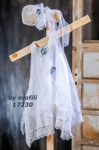 Βαπτιστικό λευκό φόρεμα από βαμβακερό ύφασμα και πουά τούλι διακοσμημένο με πλεκτά λουλούδια σε γαλάζιο χρώμα, συνδυασμένο με πλεκτό σκουφάκι για τα μαλλιά.
