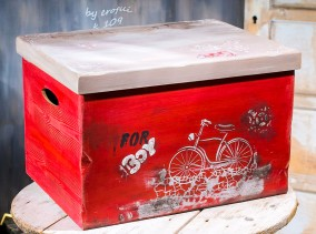 Βαπτιστικό κουτί για αγόρι 109 με ζωγραφισμένο ποδήλατο by erofili.  Χειροποίητο κουτί ξύλινο με αποθηκευτικό χώρο σε χρώμα κόκκινο και με γκρι λεπτομέρειες. Ζωγραφιστό στο χέρι με θέμα το ποδήλατο συνδυάζεται με την αντίστοιχη λαμπάδα στα χρώματα του κουτιού. Στο κατάστημα μας θα βρείτε μεγάλη συλλογή από βαφτιστικά υψηλής ποιότητας και αισθητικής, λαδοσετ, μαρτυρικά, ευχολόγια, λαμπάδες μπομπονιέρες και ότι άλλο μπορεί να χρειαστείτε για την βάφτιση.