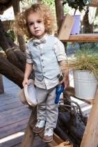 Bambolino βαπτιστικό σετ για αγόρια σε χρώμα γαλάζιο και ανοιχτό καφέ. Σετ για αγόρι σε χρώμα γαλάζιο και ανοιχτό καφέ. Το σετ περιλαμβάνει γιλέκο σε γαλάζιο χρώμα διακοσμημένο με κουμπάκια καφέ και μαντιλάκι στο ίδιο ύφασμα με το παντελόνι. Βαμβακερό πουκάμισο εμπριμέ με αστεράκια και ριγέ παντελόνι.