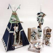 """Ξύλινο βαπτιστικό κουτί """"ινδιάνικη σκηνή"""" by elena manakou  Χειροποίητο ξύλινο κουτί βάπτισης με θέμα μια αγορίστικη ινδιάνικη σκηνή, ζωγραφισμένο στο χέρι και διακοσμημένο με υφάσματα, λινάτσα σε χρώμα μπλε και βεραμάν, συνδυάζεται με τη λαμπάδα, το λαδοσετ (μπουκαλάκι, σαπουνάκι και 3 μικρά κεράκια) όλα στο ίδιο ύφος με το κουτί."""