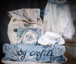 Τσάντα βάπτισης για κορίτσι χειροποίητη από λινό ύφασμα 210 by erofili.  Τσάντα βάπτισης για κορίτσι χειροποίητη, φτιαγμένη από λινό ύφασμα. Ζωγραφισμένη και διακοσμημένη στο χέρι σε vintage ύφος. Συνδυάζεται με την αντίστοιχη λαμπάδα καθώς και με όλα τα αξεσουάρ της βάπτισης.