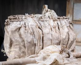 Χειροποίητη βαπτιστική τσάντα για κορίτσι 208 by erofili.  Τσάντα βάπτισης, φτιαγμένη στο χέρι από μπεζ ύφασμα με λουλούδια. Διακοσμημένη με δαντέλα βαμβακερή και χειροποίητα υφασμάτινα λουλούδια. Συνδυάζεται με την αντίστοιχη λαμπάδα καθώς και με όλα τα αξεσουάρ της βάπτισης.