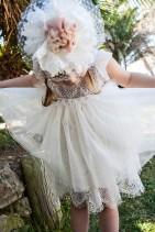 Bambolino βαπτιστικό φόρεμα από εκρου δαντέλα και μαλακό τούλι εκρου.  Βαφτιστικό φόρεμα από εκρου δαντέλα και μαλακό τούλι εκρου. Διακοσμημένο με εντυπωσιακή κορδέλα για τα μαλλιά.