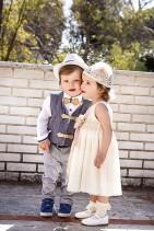 Βαπτιστικό σετ New Life για αγοράκι που αποτελείται από γκρι παντελόνι, λευκό πουκάμισο και γκρι γιλέκο. Το σετ συνδυάζεται ψαθάκι ξύλινο παπιγιόν και ζώνη. Το βαπτιστικό φόρεμα είναι από εκρού βαμβακερή δαντέλα με ζώνη εκρου και χειροοποίητο λουλούδι σε χρώμα σάπιο μήλο. Το φόρεμα συνδυάζεται με σκουφάκι για τα μαλλιά.