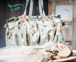 Χειροποίητη βαφτιστική τσάντα φλοράλ για κορίτσι 209 by erofili  Τσάντα βάπτισης, φτιαγμένη στο χέρι από φλοραλ  ύφασμα βαμβακερό με λουλούδια. Διακοσμημένη με δαντέλα βαμβακερή και χειροποίητα υφασμάτινα λουλούδια. Συνδυάζεται με την αντίστοιχη λαμπάδα καθώς και με όλα τα αξεσουάρ της βάπτισης.