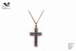 Βαπτιστικός σταυρός για κορίτσι 3,2 γραμμαρίων σε ροζ χρυσό με λευκά μπριγιάν 40 εκατοστών του καρατίου (περιμετρικά τοποθετημένα) και μπλε μπριγιάν 73 εκατοστών του καρατίου, ένας σταυρός με μεγάλη προσοχή στη λεπτομέρεια δεσίματος των μπριγιάν.