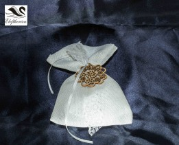 Μπομπονιέρα πουγκί από λινάτσα δεμένη με δαντέλα 9